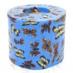 Kerze; Swazi Candle; Form: Pillar M ca. 7cmx9cm; Gewicht: ca. 380g; Farbe: blau, wunderschöne tanzende Schmetterlinge auf blauem Hintergrund
