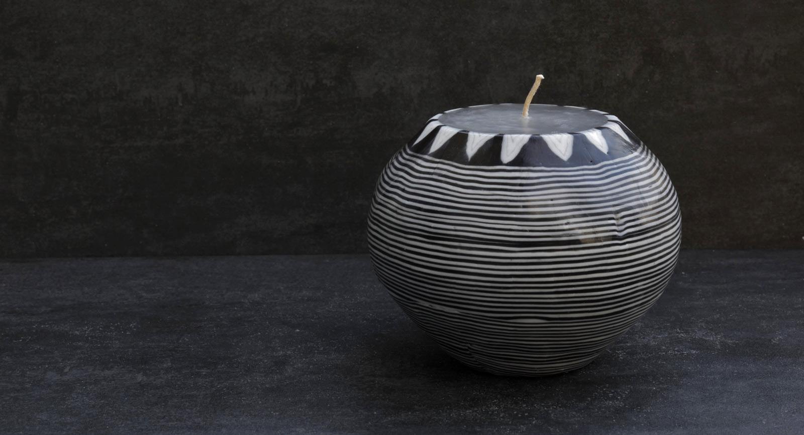 Kerze Modell Black Lines, Farbe: schwarz-weiss, Form: Pot. Handgemachte Designkerze. Kerzen online kaufen