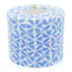 Kerze; Swazi Candle; Form: Pillar M ca. 7cmx9cm; Gewicht: ca. 380g; Farbe: zartes dunkelblau/weisses lichtdurchlässiges Blumenmuster
