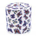 Kerze; Swazi Candle; Form: Pillar XL ca. 11cmx10,5cm; Gewicht: ca. 830g; Farbe: beige, tanzende Schmetterlinge auf beigem Hintergrund