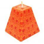 Kerze; Swazi Candle; Form: Pyramide M ca. 9cmx9cmx9cm; Gewicht: ca. 340g; Farbe: orange; wunderschönes oranges Happy Hearts Muster