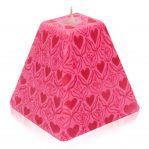 Kerze; Swazi Candle; Form: Pyramide M ca. 9cmx9cmx9cm; Gewicht: ca. 340g; Farbe: pink; wunderschönes Pinkes Happy Hearts Muster
