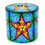 Kerze; Swazi Candle; Form: Pillar XL ca. 11cmx10,5cm; Gewicht: ca. 830g; Farbe: multi; festliches Sternmuster in Kirchenfensteroptik