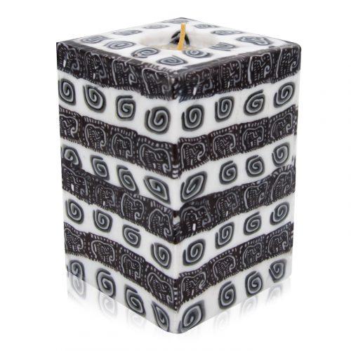 Kerze; Swazi Candle; Form: Würfel XL ca. 9cmx9cmx13cm; Gewicht: ca. 950g; Farbe: schwarz/weiss gestreiftes Muster. In die schwarzen Streifen sind Elefanten eingearbeitet, in den weissen Streifen sind Spiralen eingearbeitet.