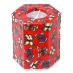 Kerze; Swazi Candle; Form: Hexagon ca. 10cmx7,5cmx9cm; Gewicht: ca. 440g; Farbe: rot, tanzende Schmetterlinge auf rotem Hintergrund