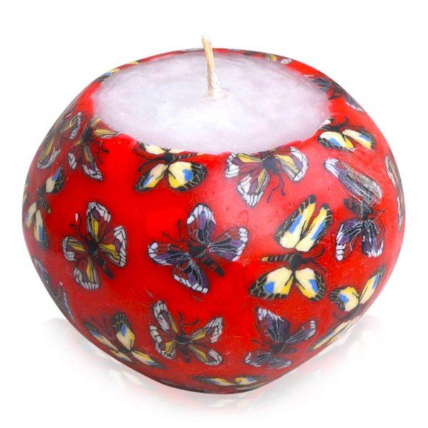 Kerze; Swazi Candle; Form: Pot S ca. 7cmx9cm; Gewicht: ca. 300g; Farbe: rot; tanzende Schmetterlinge auf rotem Hintergrund