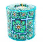 Kerze; Swazi Candle; Form: Pillar L ca. 9cmx9cm; Gewicht: ca. 470g; Farbe: türkis, elegantes leuchtendes Blumenmuster in Türkistönen;