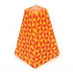 Kerze; Swazi Candle; Form: Pyramide L ca. 9,5cmx9,5cmx15cm; Gewicht: ca. 730g; Farbe:orange/gelb leuchtendes geometrisches Muster