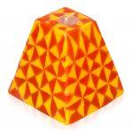 Kerze; Swazi Candle; Form: Pyramide M ca. 9cmx9cmx9cm; Gewicht: ca. 340g; Farbe: orange/gelb leuchtendes geometrisches Muster
