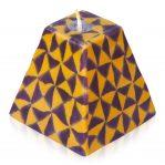 Kerze; Swazi Candle; Form: Pyramide M ca. 9cmx9cmx9cm; Gewicht: ca. 340g; Farbe: violett/ocker geometrisches Muster