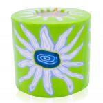 Kerze; Swazi Candle; Form: Pillar L ca. 9cmx9cm; Gewicht: ca. 470g; Farbe: weisse Blüte auf saftigem grünem Hintergrund