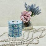 Kerze; Swazi Candle; Form: Pillarl L ca. 9cmx9cm; Gewicht: ca. 470g; Farbe: blau/violett, ansprechendes blau/violettes Blumenmuster; Dekoration von Blueowl
