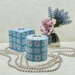 Kerze; Swazi Candle; Form: Würfel L ca. 9cmx9cmx9cm; Gewicht: ca. 640g; und Pillar L ca. 9cmx9cm; Gewicht: ca. 470g; Farbe: blau/violett, ansprechendes blau/violettes Blumenmuster; Dekoration von Blueowl