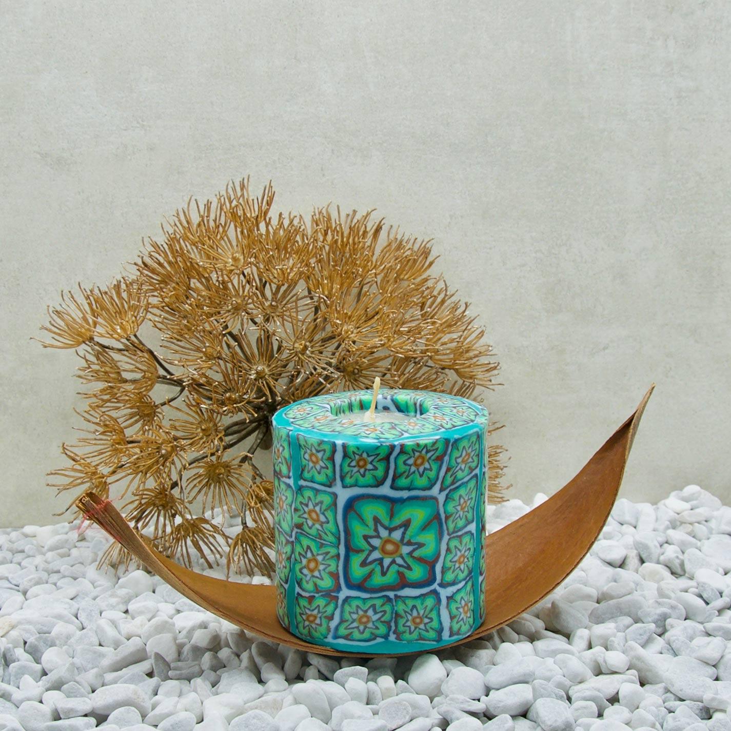 Kerze; Swazi Candle; Form: Pillar L ca. 9cmx9cm; Gewicht: ca. 470g; Farbe: türkis, elegantes leuchtendes Blumenmuster in Türkistönen; Dekoration von Blueowl