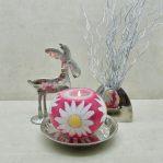 Kerze; Swazi Candle; Form: Pot M ca. 12,5cmx9,5cm; Gewicht: ca. 580g; Farbe: weisse Blüte auf saftigem rotem Hintergrund; Dekoration von Blueowl