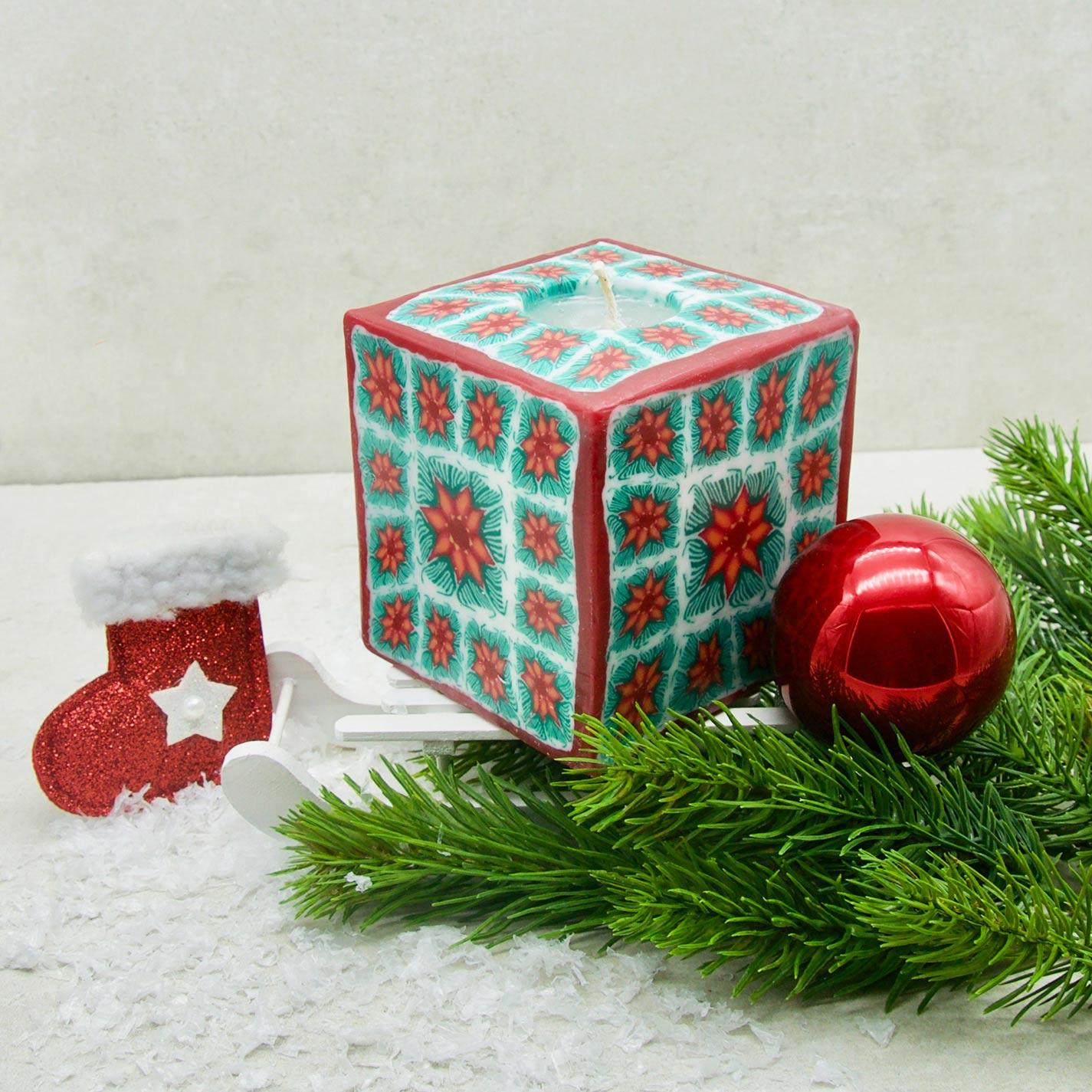 Kerze; Swazi Candle; Form: Würfel L ca. 9cmx9cmx9cm; Gewicht: ca. 640g; Farbe: rot/grün gewürfeltes Blumenmuster; Dekoration von Blueowl
