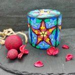 Kerze; Swazi Candle; Form: Pillar XL ca. 11cmx10,5cm; Gewicht: ca. 830g; Farbe: multi; festliches Sternmuster in Kirchenfensteroptik; Dekoration von Blueowl