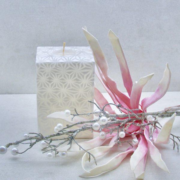 Kerze; Swazi Candle; Form: Cube XL ca. 9cmx9cmx13cm; Gewicht: ca. 950g; Farbe: weiss, elegantes leuchtendes weisses Sternmuster; Dekoration von Blueowl