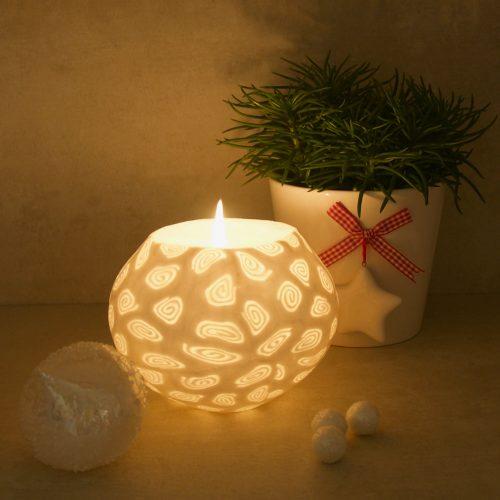 Kerze; Swazi Candle; Form: Pot XL ca. 15cmx10,5cm; Gewicht: ca. 1200g; Farbe: weiss, elegantes leuchtendes weisses Spiralmuster; Dekoration von Blueowl