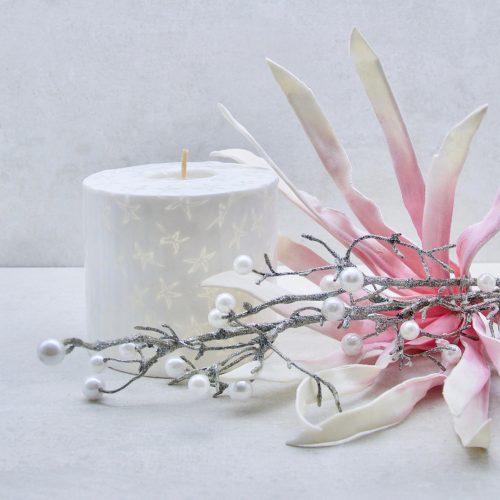 Kerze; Swazi Candle; Form: Pillar XL ca. 11cmx10,5cm; Gewicht: ca. 830g; Farbe: weiss, elegantes leuchtendes weisses Sternenmuster; Dekoration von Blueowl