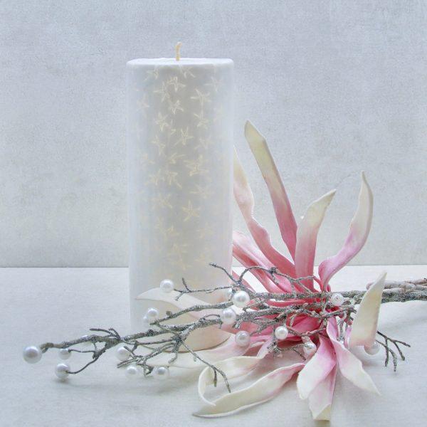 Kerze; Swazi Candle; Form: Pillarl XXL ca. 22x8,5cm; Gewicht: ca. 1100g; Farbe: weiss, elegantes leuchtendes Sternenmuster; Dekoration von Blueowl